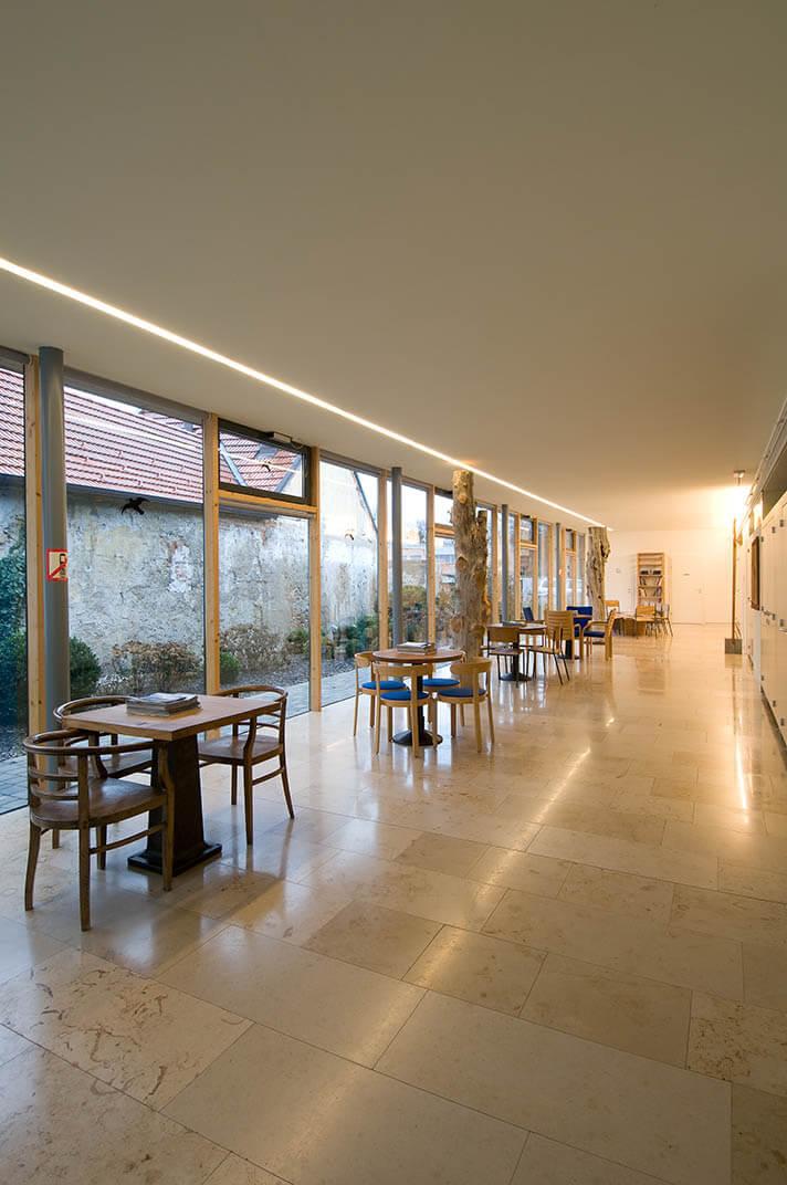 Moderne Architektur sorgt für eine angenehme Atmosphäre und kurze Wege.